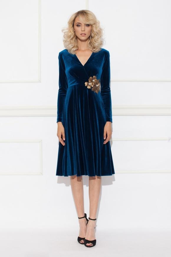 Rozkloszowana sukienka z niebieskiego aksamitu z cekinami