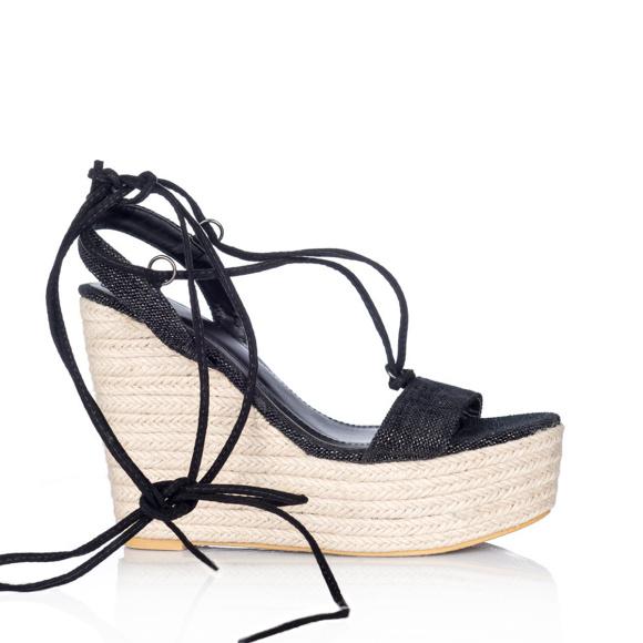 Czarne sandały na koturnie z plecionką