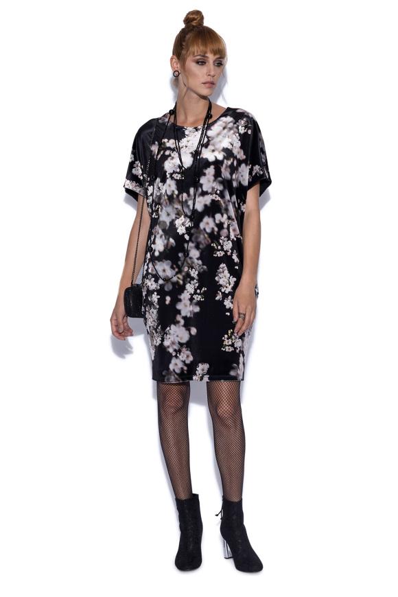 Luźna sukienka w kwiatowy wzór