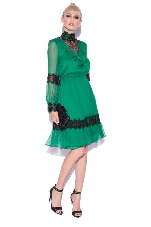 Jedwabna sukienka z koronkowymi detalami
