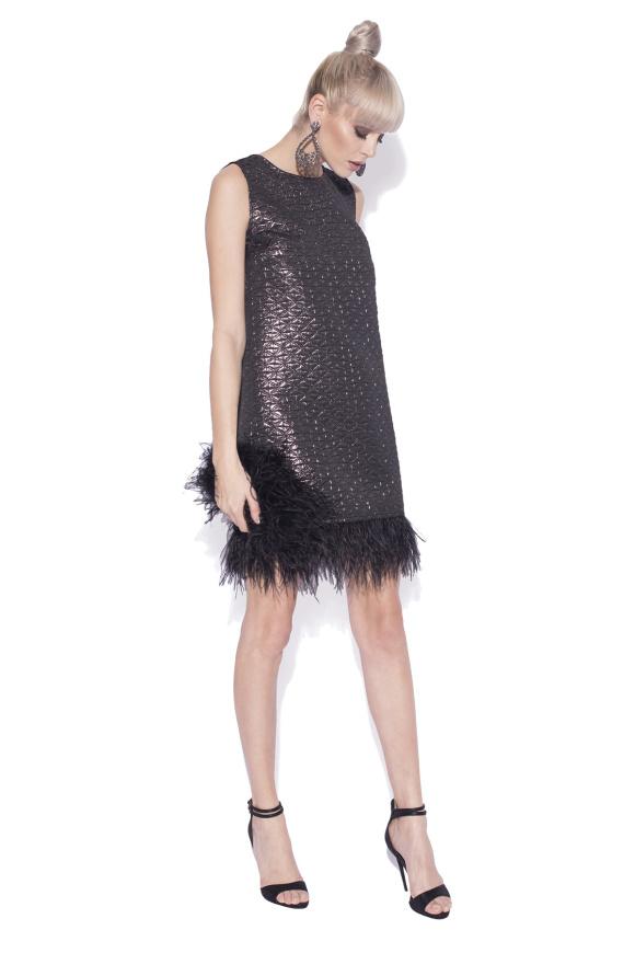 Teksturowana sukienka z piórami