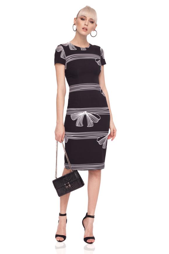 Dopasowana sukienka z nadrukiem w kokardy