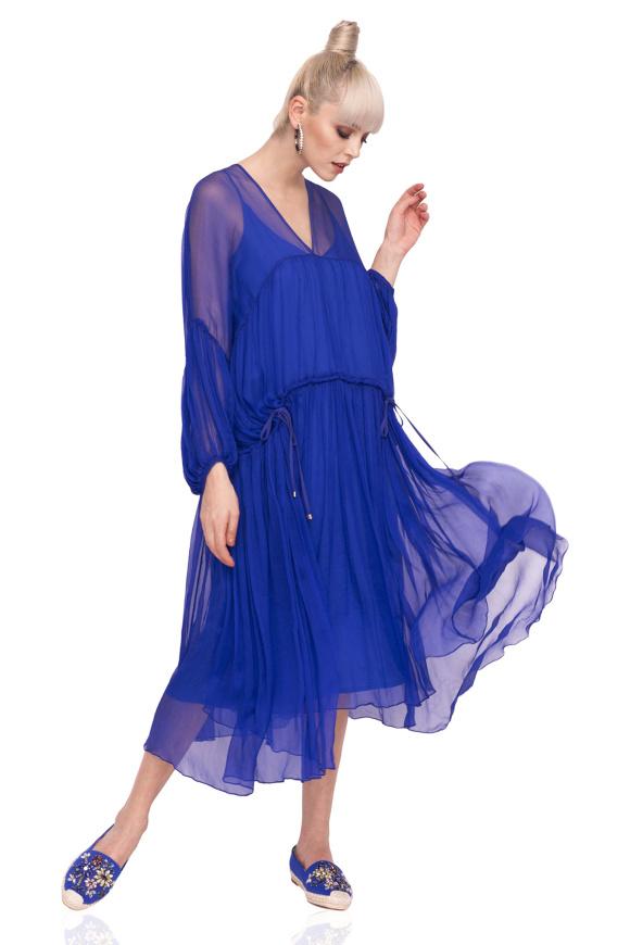 Luźna jedwabna sukienka z bufiastymi rękawami