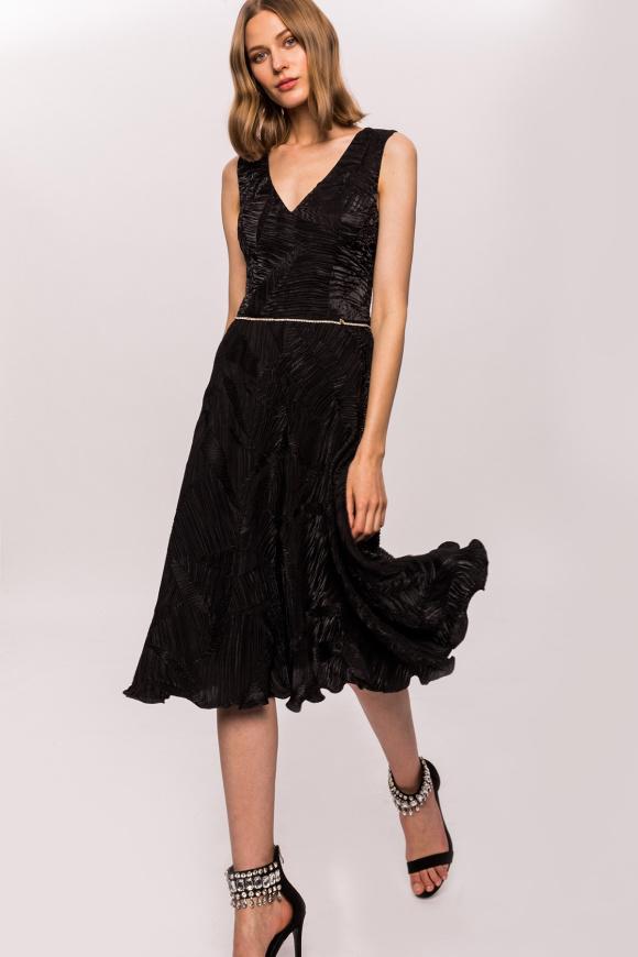 Sukienka wieczorowa z dekoltem w szpic i detalem w talii