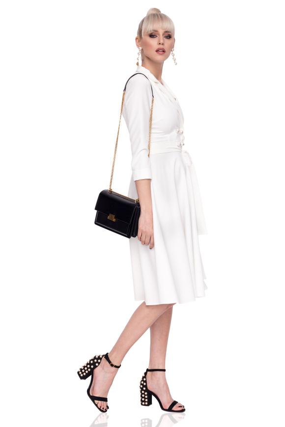 Rozkloszowana sukienka z guzikami z przodu