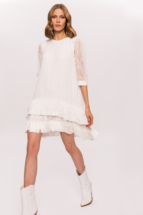 Luźna sukienka z frędzlami i koronkowymi detalami