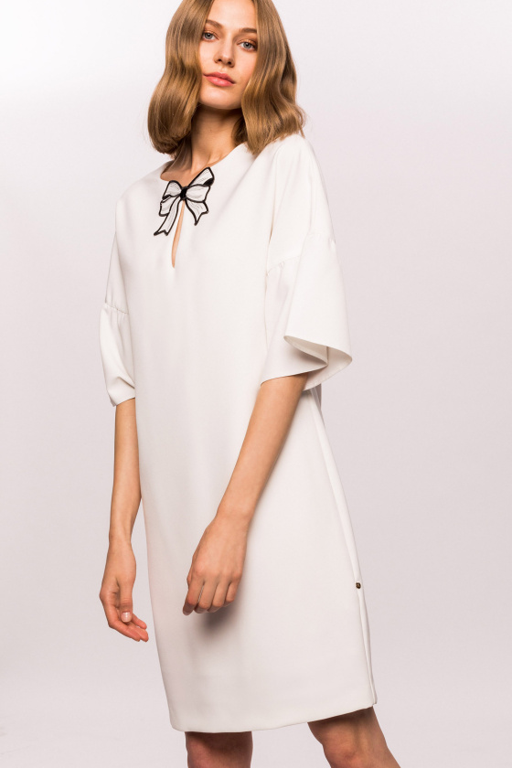 H-line dress with ribbon and splay sleeves