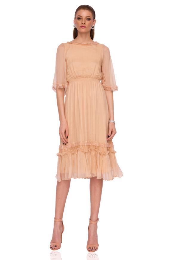 Jedwabna sukienka wieczorowa o średniej długości