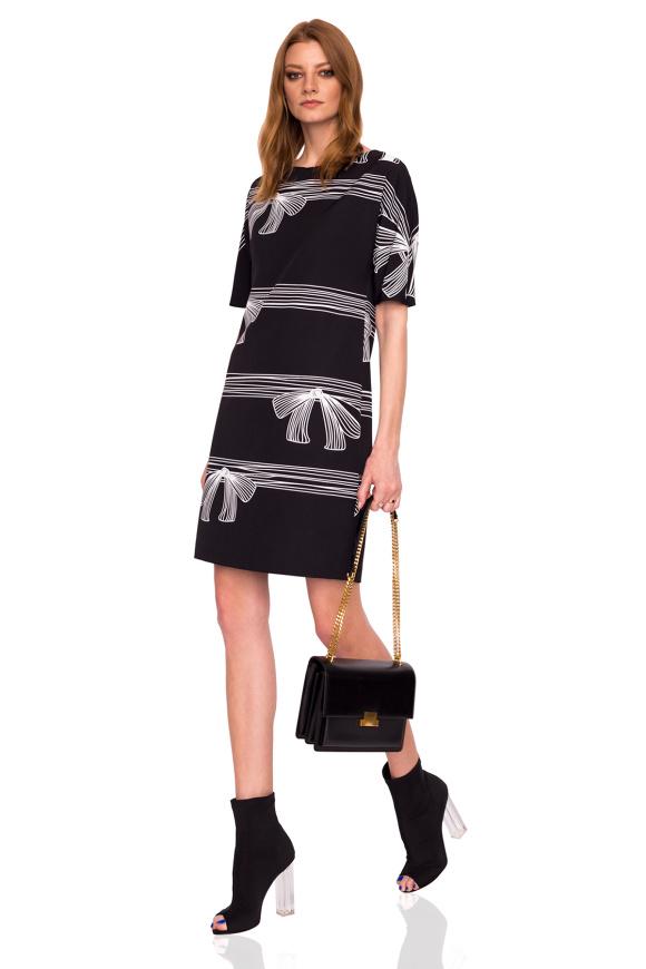 Prosta sukienka z krótkimi rękawami