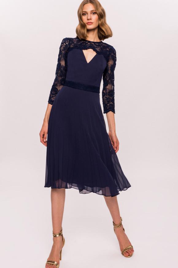 Rozkloszowana sukienka z koronkowymi rękawami i paskiem