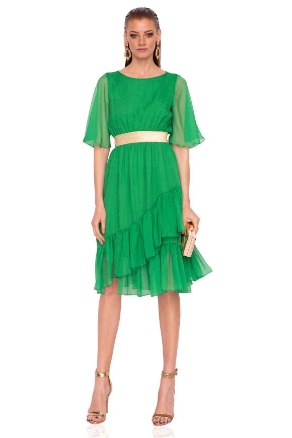 Elegancka sukienka z detalem w talii i motylkowymi rękawami