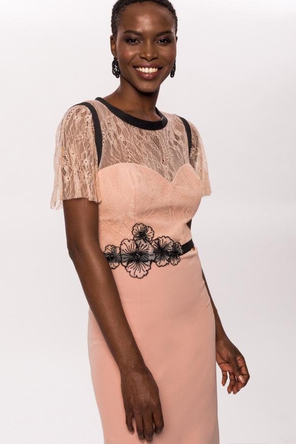 Dopasowana sukienka z koronkowym detalem