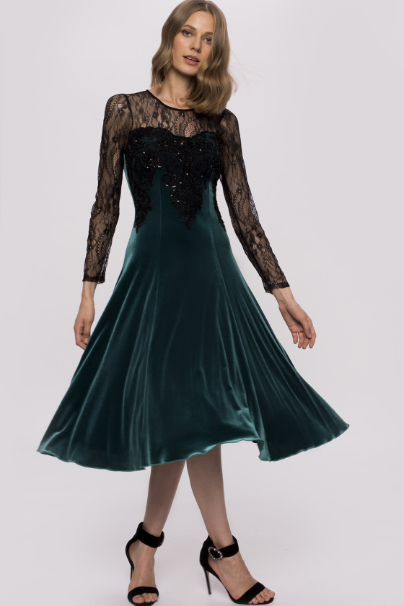 Elegancka aksamitna sukienka z długimi koronkowymi rękawami
