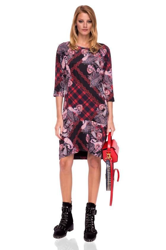 Wzorzysta sukienka o prostym kroju