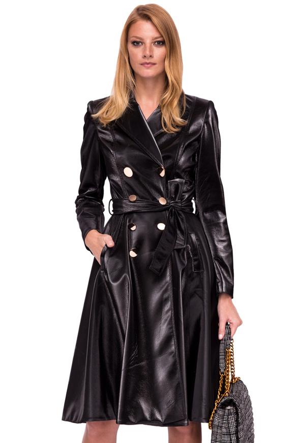 Płaszcz z metalowymi guzikami