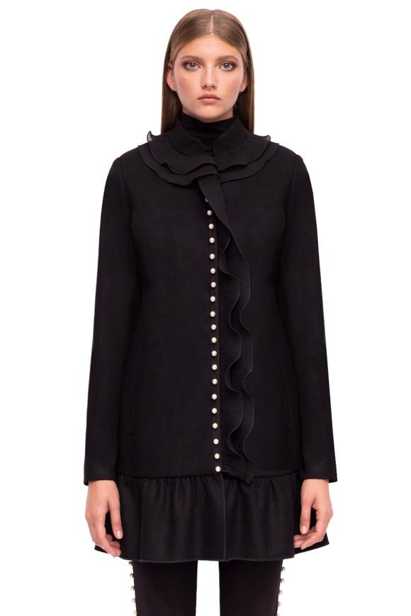 Elegancki płaszcz z falbanami i perłowymi detalami