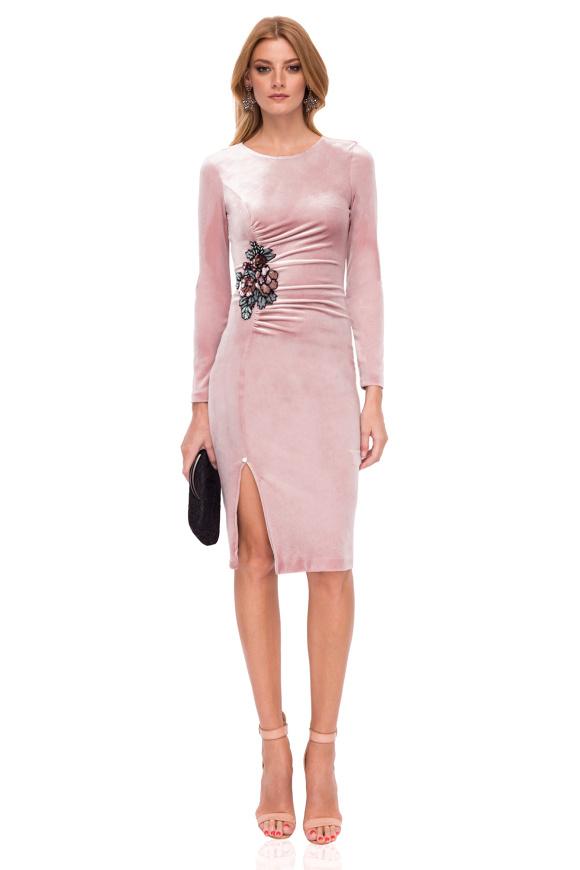 Dopasowana sukienka z detalami w talii