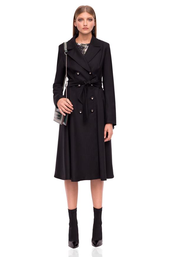 Płaszcz z paskiem i metalicznymi guzikami