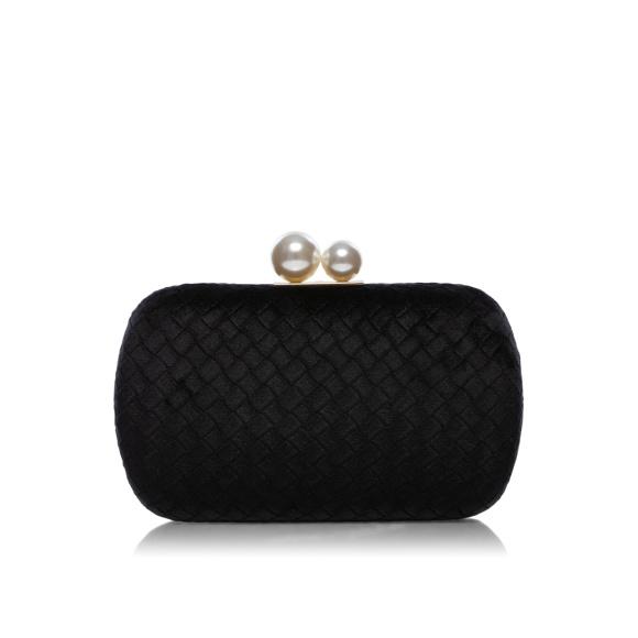 Elegancka kopertówka z perłowymi detalami