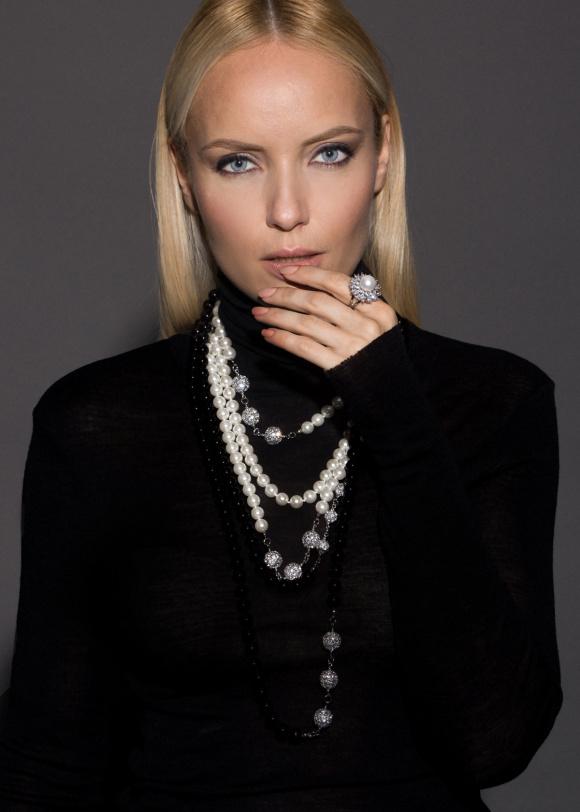 Elegancki naszyjnik z perłowymi detalami