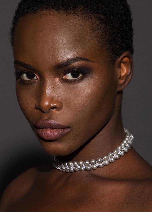 Naszyjnik z perłowymi detalami