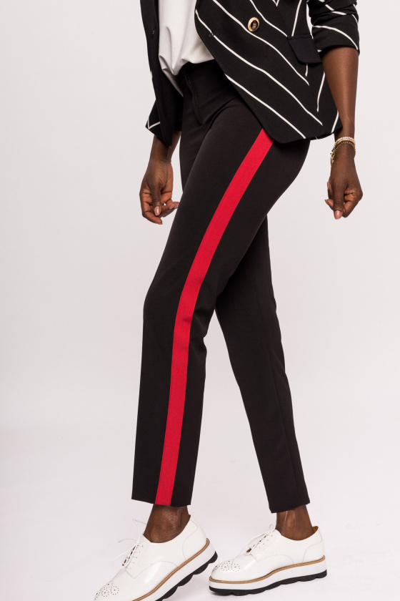 Wąskie spodnie z czerwonym bocznym paskiem