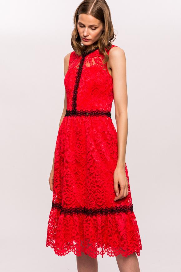 Koronkowa sukienka z kontrastowymi detalami