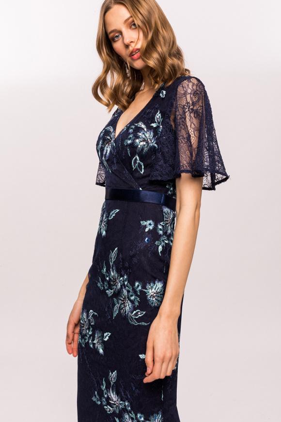 Sukienka z kwiatowym haftem i koronkowymi rękawami
