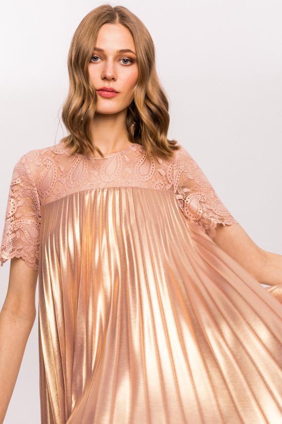 Błyszcząca plisowana sukienka z koronkowymi detalami