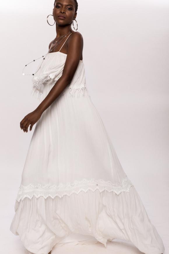 Biała sukienka z wiskozowymi frędzlami i koronkowymi detalami