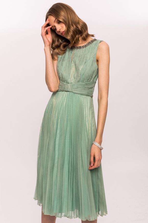 Błyszcząca sukienka z naszyjnikiem