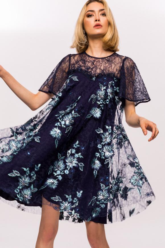 Sukienka z kwiatowym haftem i koronkowymi detalami