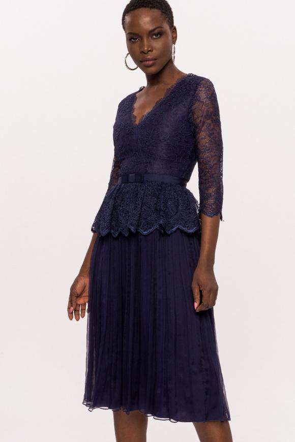 Jedwabna sukienka z koronką i paskiem
