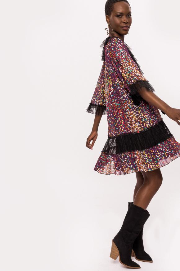 Sukienka z falbankami w geometryczne wzory