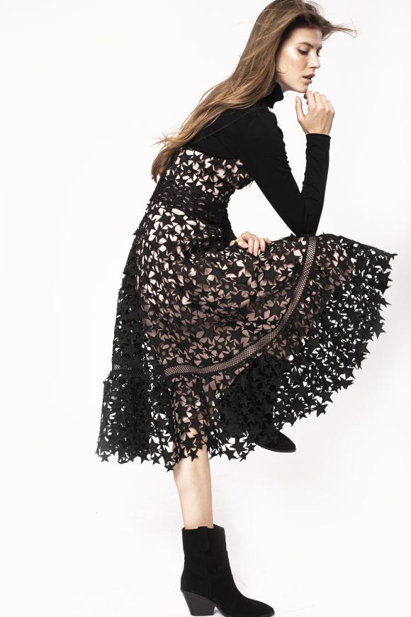 Haftowana sukienka na cienkich ramiączkach