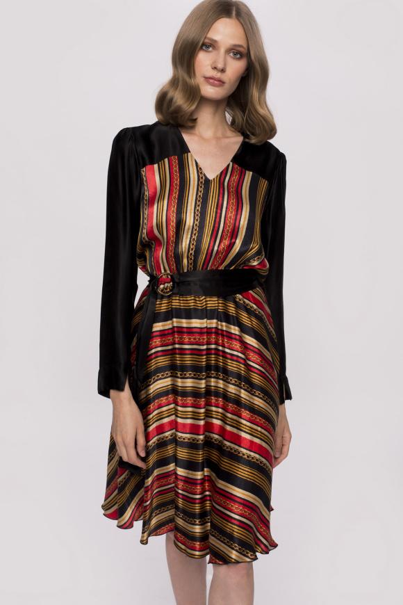 Sukienka z pasem i nadrukiem