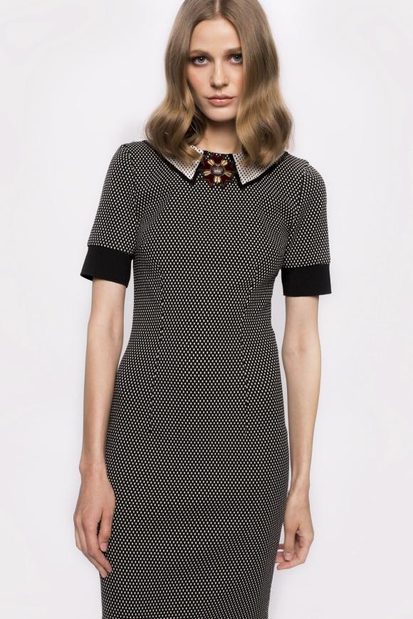 Dopasowana sukienka z detalami na szyi