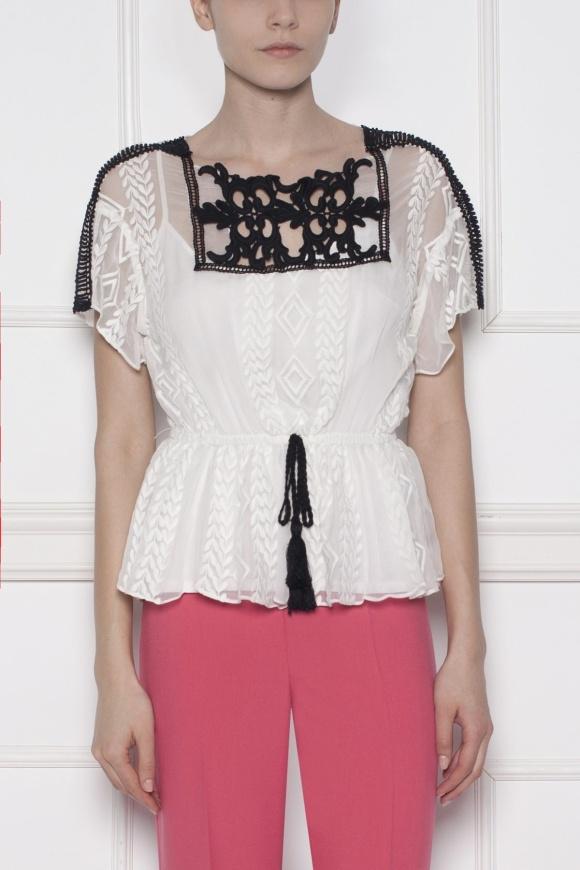 Biała haftowana bluzka z krótkim rękawem