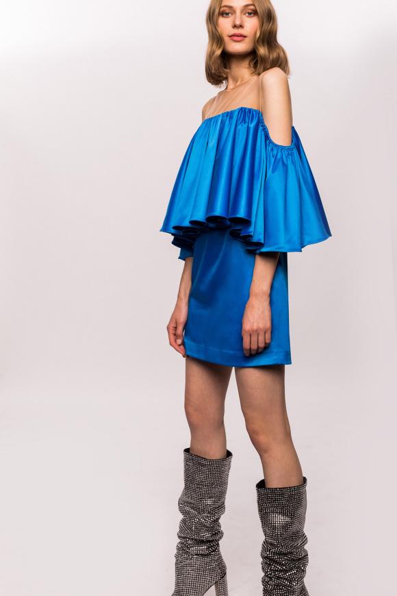 Krótka sukienka z falbankami i opadającymi ramionami