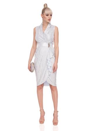 Sukienka uszyta z metalicznej tkaniny