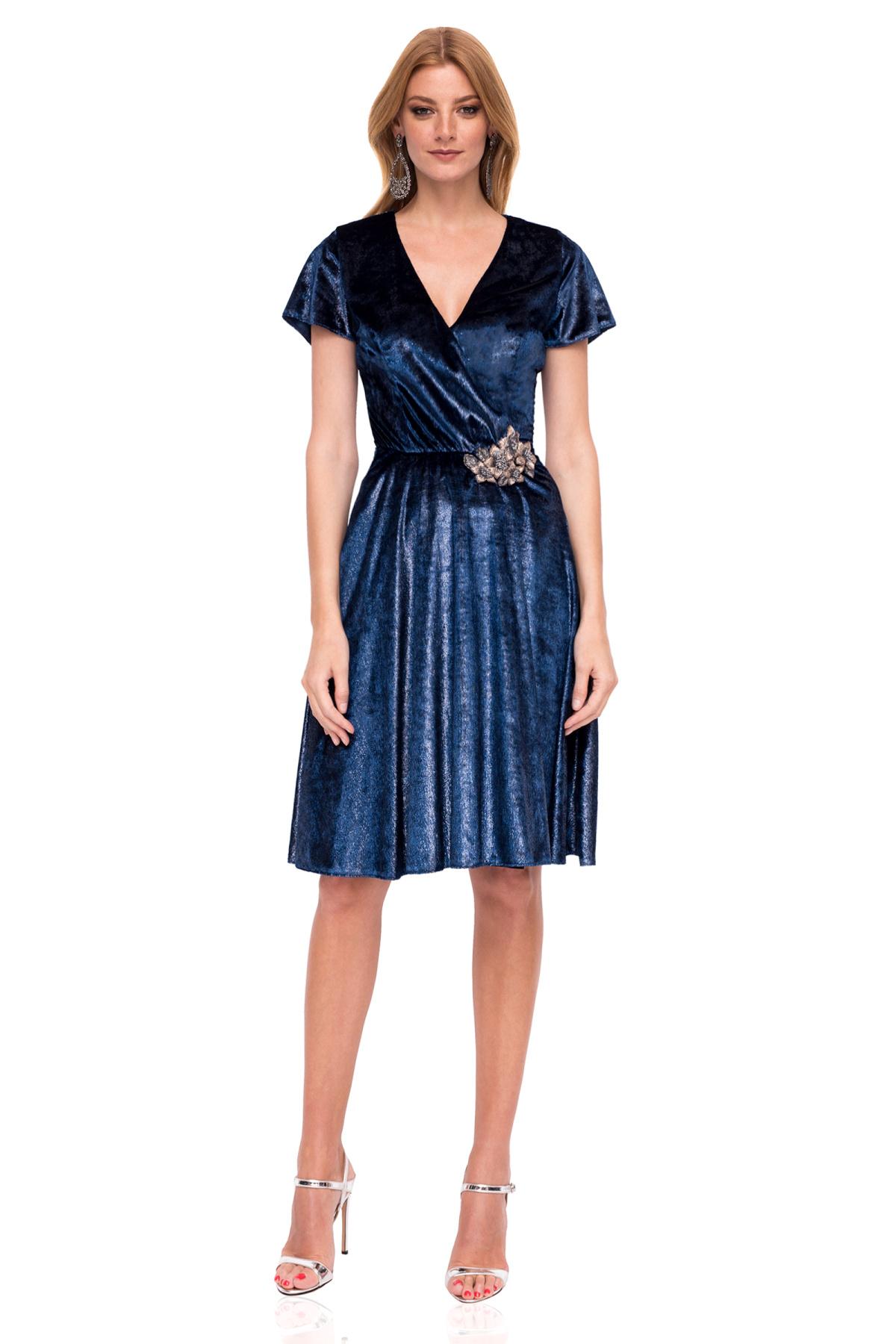 d59533551f Rozkloszowana mini sukienka o metalicznej strukturze
